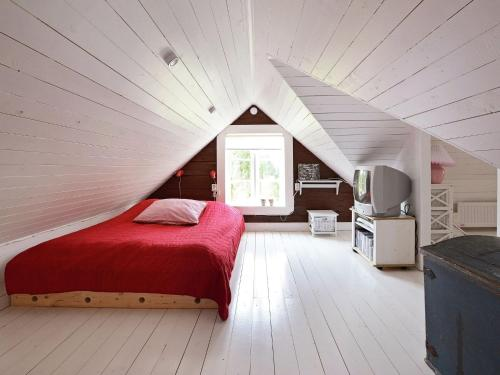 Säng eller sängar i ett rum på Two-Bedroom Holiday home in Hallabro 4