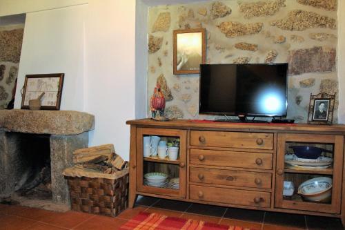 Uma televisão e/ou sistema de entretenimento em Casa da Avo Maria