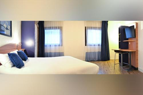 Llit o llits en una habitació de Art Hotel Paris Est