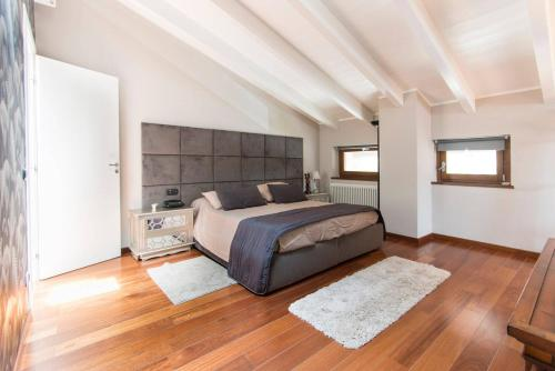 A bed or beds in a room at Luxury Tuscan House