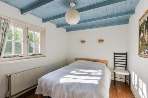 Een bed of bedden in een kamer bij Roozenlaan Cozy Cottage Haarlem
