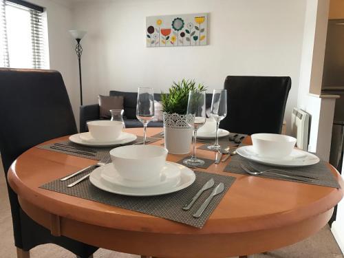 Ein Restaurant oder anderes Speiselokal in der Unterkunft The Regent Apartment 2 Kingston Centre