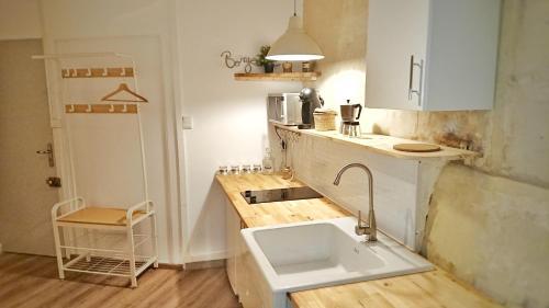 A kitchen or kitchenette at Place de la Roquette, centre historique