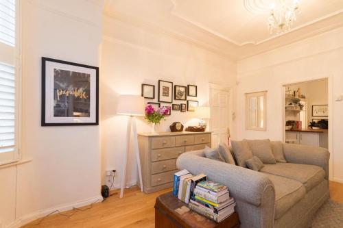 A seating area at NEW Bright 2BD Flat in the Heart Alexandra Palace