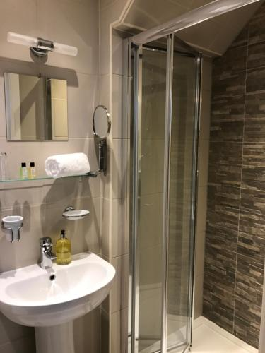 A bathroom at Boutique Garden Lodge @ The Larches