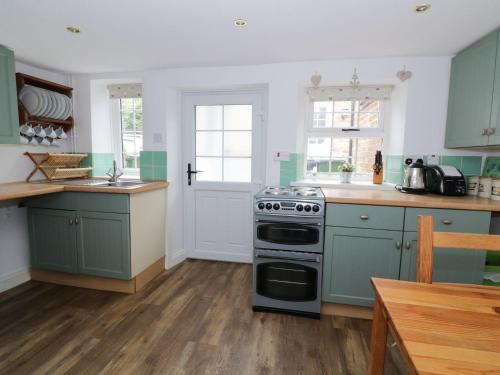 A kitchen or kitchenette at Curlew Cottage, King's Lynn