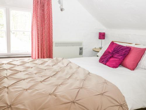 A bed or beds in a room at Daffodil Cottage, Woodbridge