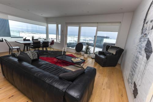 Penthouse apt. amazing view & jacuzzi tesisinde bir oturma alanı