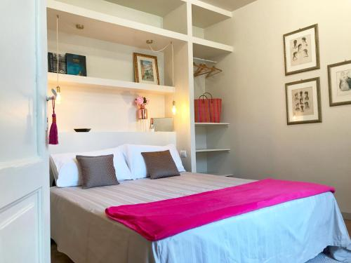 A bed or beds in a room at Suite Bellezia