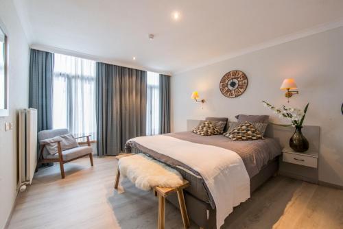 A bed or beds in a room at Inn Bruges