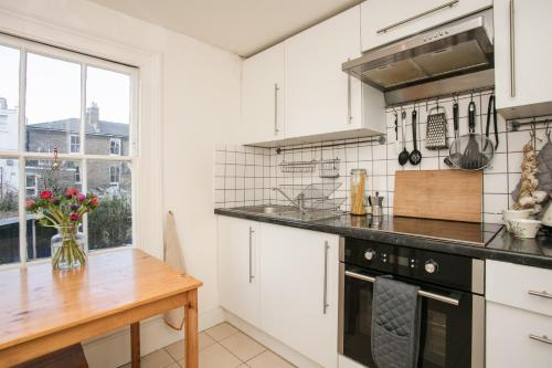 A kitchen or kitchenette at 1 Bedroom Flat Near Hampstead Heath