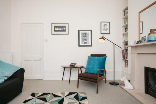A seating area at 1 Bedroom Flat Near Hampstead Heath