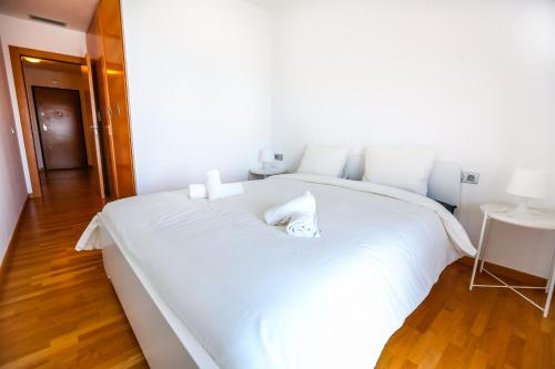 A bed or beds in a room at Apartment Fira Barcelona Plaza Europa