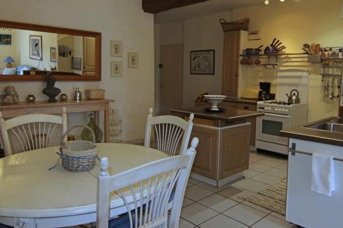 Cuisine ou kitchenette dans l'établissement Les Gîtes de Berges