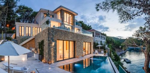 Luxury 4BD Villa Split
