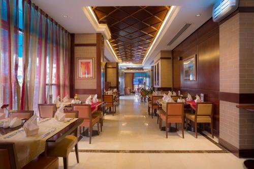 A restaurant or other place to eat at Vision Hotel Apartments Deluxe