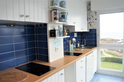 A kitchen or kitchenette at Appartement Arzhur
