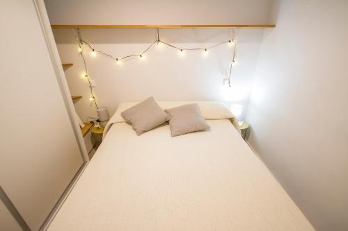 A bed or beds in a room at Modern 1 Bedroom Apartment