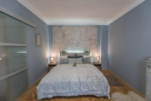 A bed or beds in a room at Jewellery box on the riverside