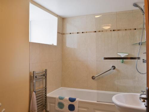 A bathroom at Issac'S Byre
