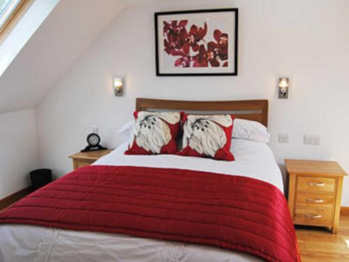 A bed or beds in a room at Wheal Charlotte