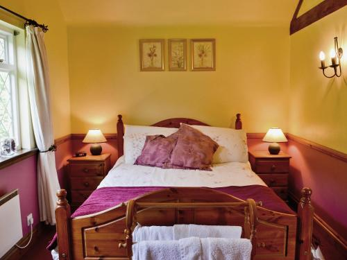 A bed or beds in a room at Willow Lodge