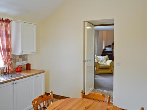 A kitchen or kitchenette at Wallace Cottage