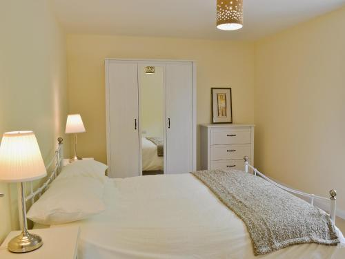 A bed or beds in a room at Hornbeam Cottage