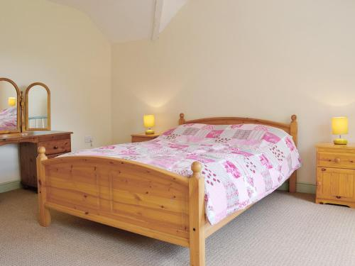 A bed or beds in a room at Groudd Hall Cottage