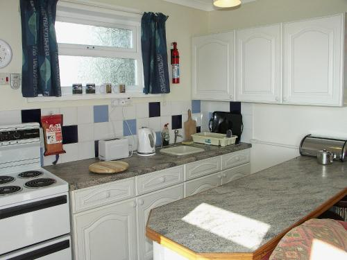 A kitchen or kitchenette at Needles And Winds