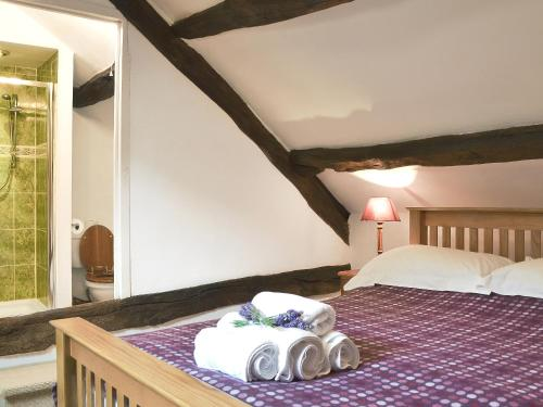 A bed or beds in a room at Ty'N Y Ffordd