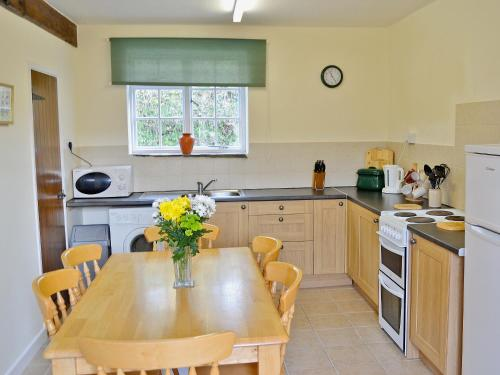 A kitchen or kitchenette at Granary Cottage III