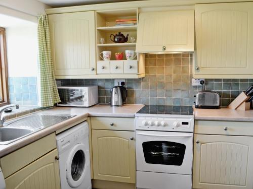 A kitchen or kitchenette at Strawberie Cottage