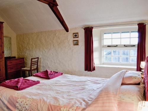 A bed or beds in a room at Cider Cottage