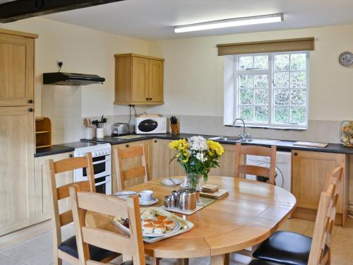 A kitchen or kitchenette at Stable Cottage IV