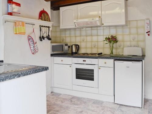 A kitchen or kitchenette at Ingle Neuk Cottage