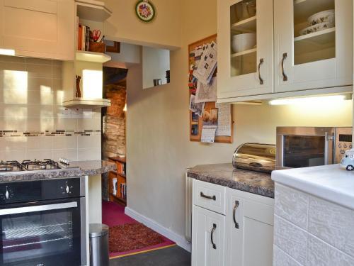 A kitchen or kitchenette at Cornthwaite Cottage