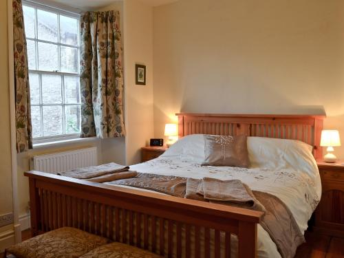 A bed or beds in a room at Cornthwaite Cottage
