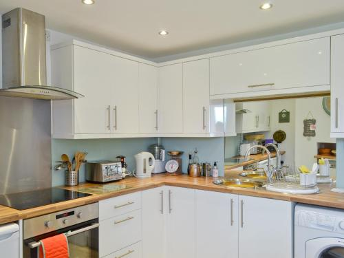 A kitchen or kitchenette at Tulip Cottage