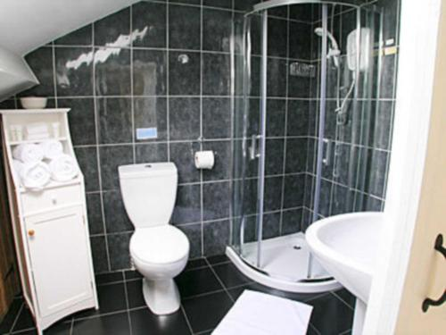 A bathroom at Wellhope Gill Cottage