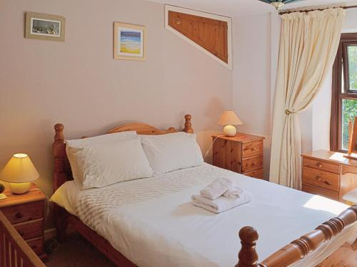 A bed or beds in a room at Bannsvale Farmhouse
