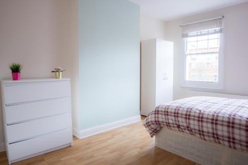 A bed or beds in a room at Near King's Cross 5 bedroom House + Roof terrace