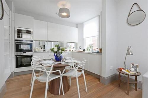 A kitchen or kitchenette at Goodge Street Luxe