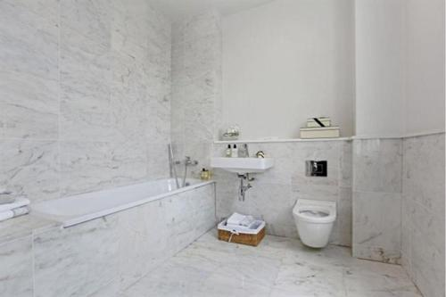A bathroom at Goodge Street Luxe
