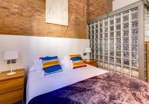 A bed or beds in a room at Apartamento SleepingBCN Hol