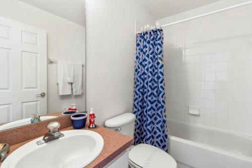 Salle de bains dans l'établissement Cumbrian Lakes House #244957