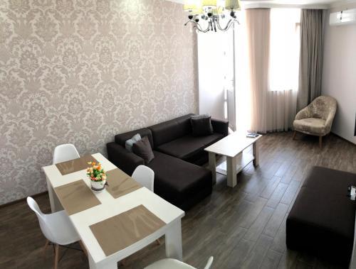 Гостиная зона в BHP Apartments