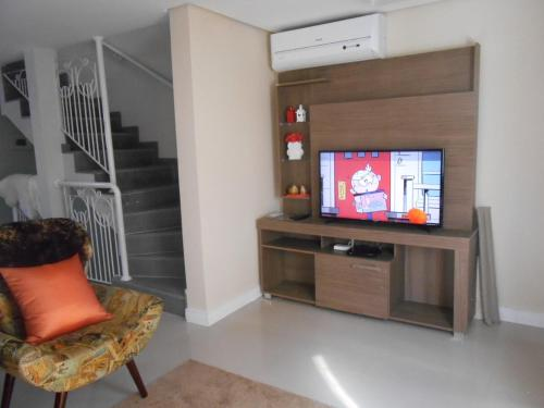 A television and/or entertainment center at 335 Triplex 8 pessoas wifi