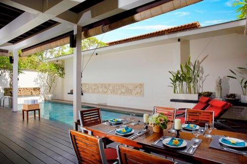 A restaurant or other place to eat at Temple Hill Residence Villa