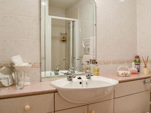 A bathroom at The Hawthorns